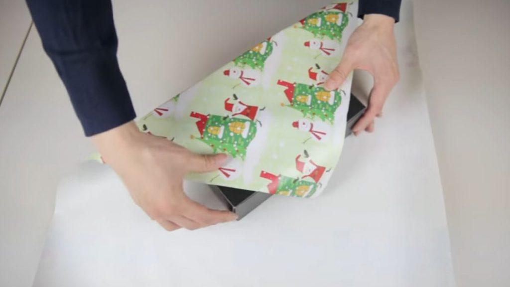 envolver regalos en papel seda