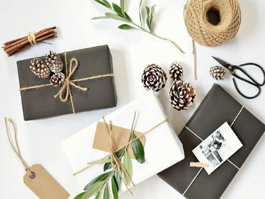 envolver regalos en papel periodico